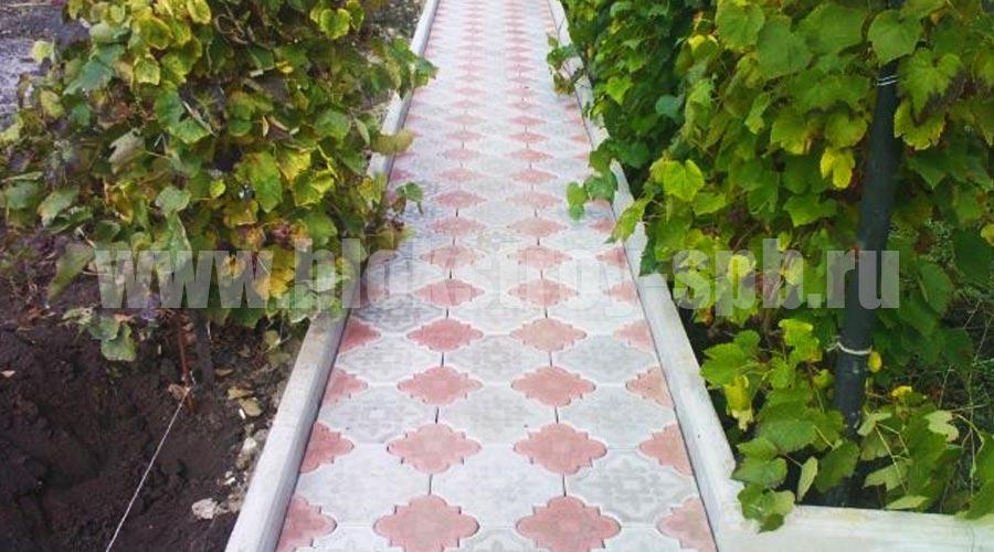 садовая дорожка мощеная плиткой гжелка