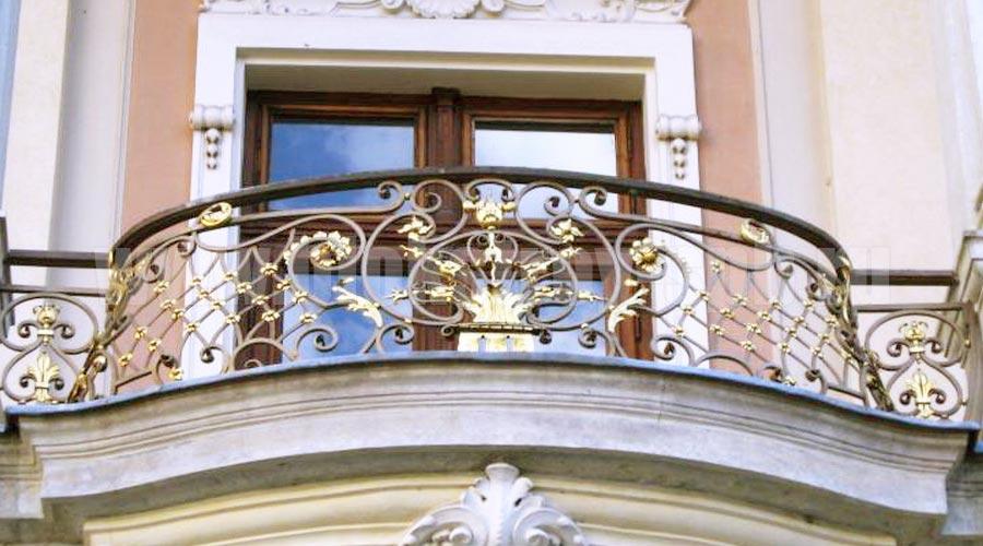 кованый декоративный балкон
